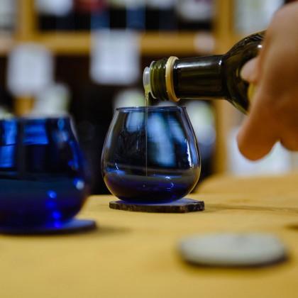 Degustazione olio extra vergine di oliva in Bottega